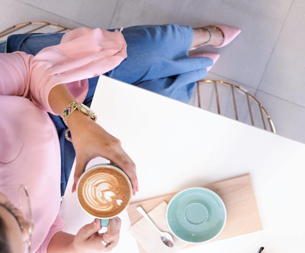 Nos gusta el café y nos gusta el té. Cada bebida tiene un momento y ambas ofrecen grandes beneficios para nuestra salud.