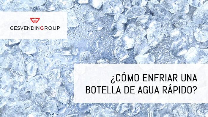 Lo más aconsejable y rápido para enfriar el agua es preparar un recipiente grande con agua del grifo y muchos hielos.